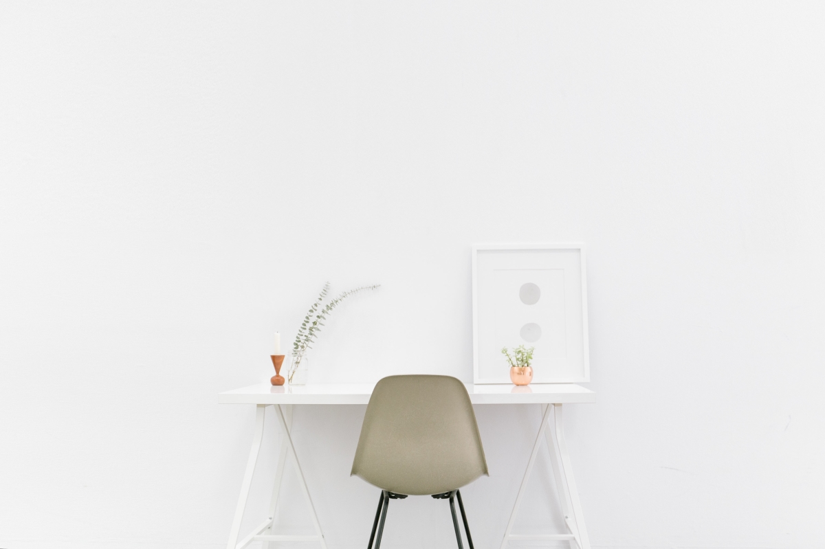Image of tidy desk in article about minimalism